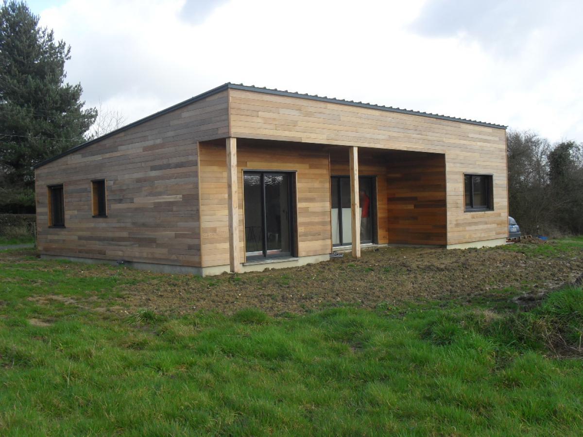 Construction d'une maison ossature bois avec toit plat.