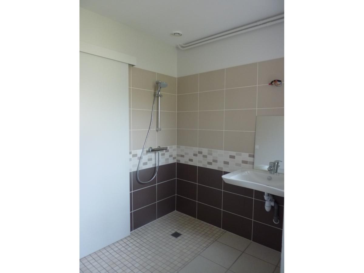Rénovation d'une salle de bain avec la création d'une douche à l'italienne en remplacement d'une baignoire.